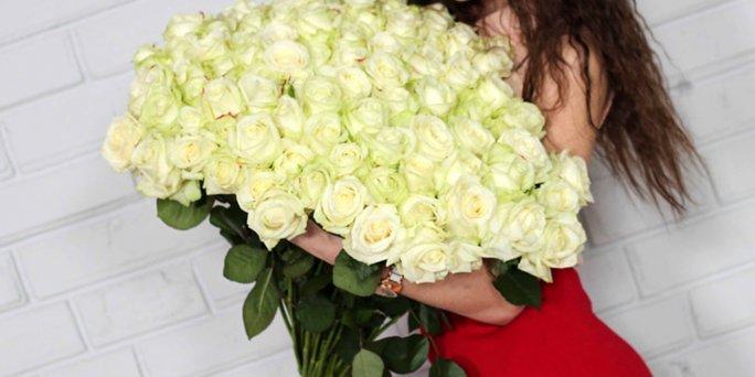Заказ цветов Рига: Красные цветы – это тренд сезона