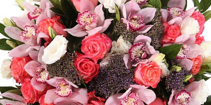 С чего начать заказ подарка в Риге: цветочные корзины?