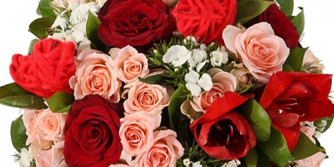 Доставка цветов Рига: букет цветов в коробке.