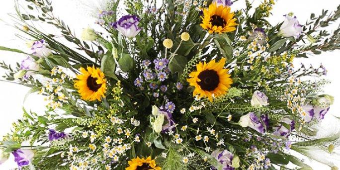 Заказ цветов Рига: настольные композиции из живых цветов.