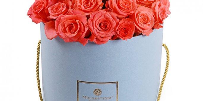Как заказать цветы с доставкой в Риге: коробка с цветами и макаронами.