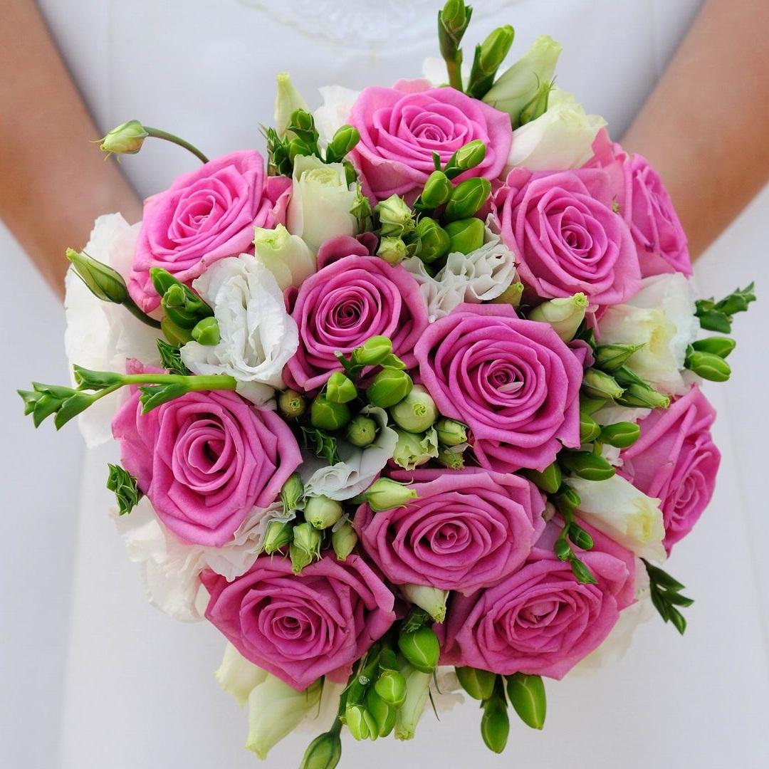 svadebniy-buket-iz-tsvetov-freziyami-i-rozami