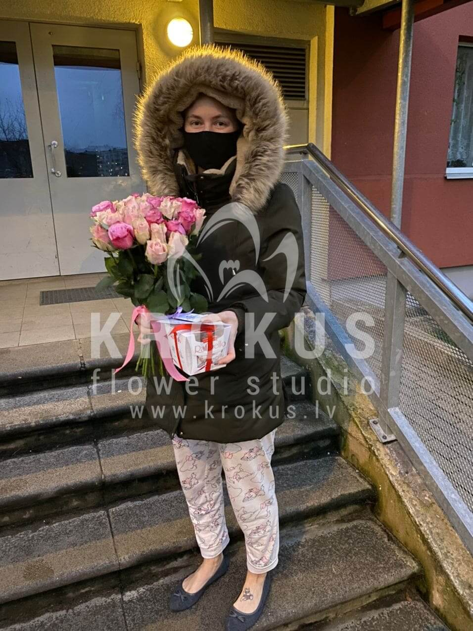 Deliver flowers to Rīga (white rosespink roses)